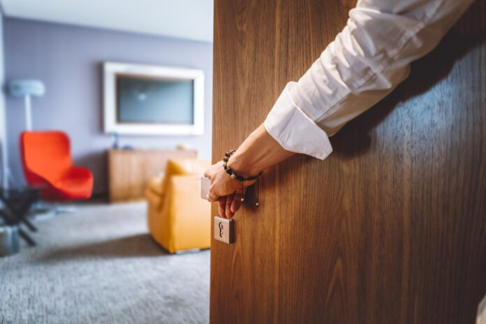 Jakie standardy musi spełniać pokój noclegowy, by mógł być nazywany apartamentem?